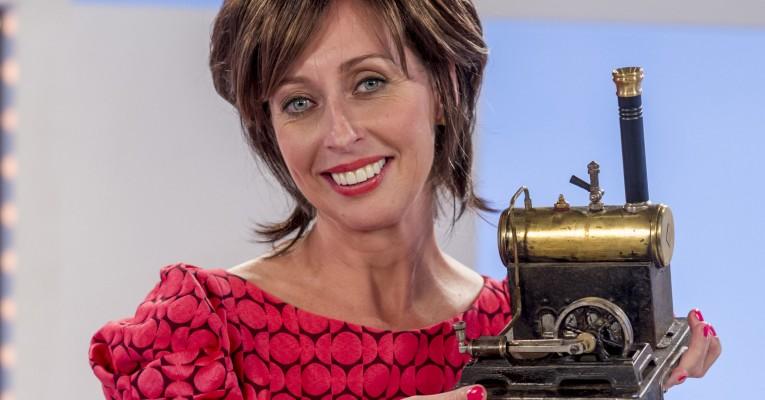 Dorien Goudsmit met een miniatuur stoomlocomotief in haar handen.