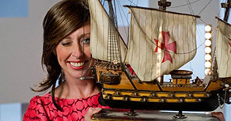 Dorien Goudsmit lachend bij een schaalmodel van een VOC-schip