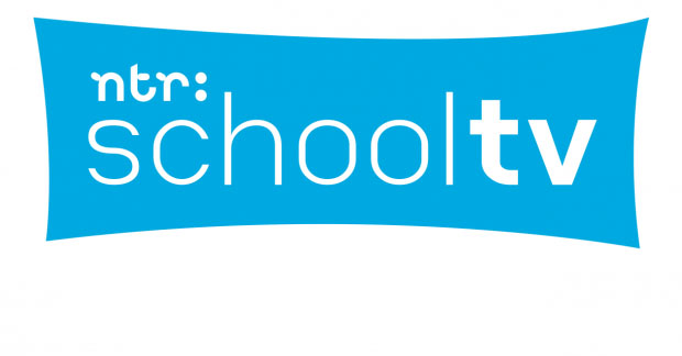 Het logo van Schooltv. Een blauw vlak met witte letters.